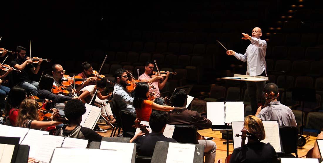 Julien Salemkour recibe afecto de la familia que hace música en Venezuela