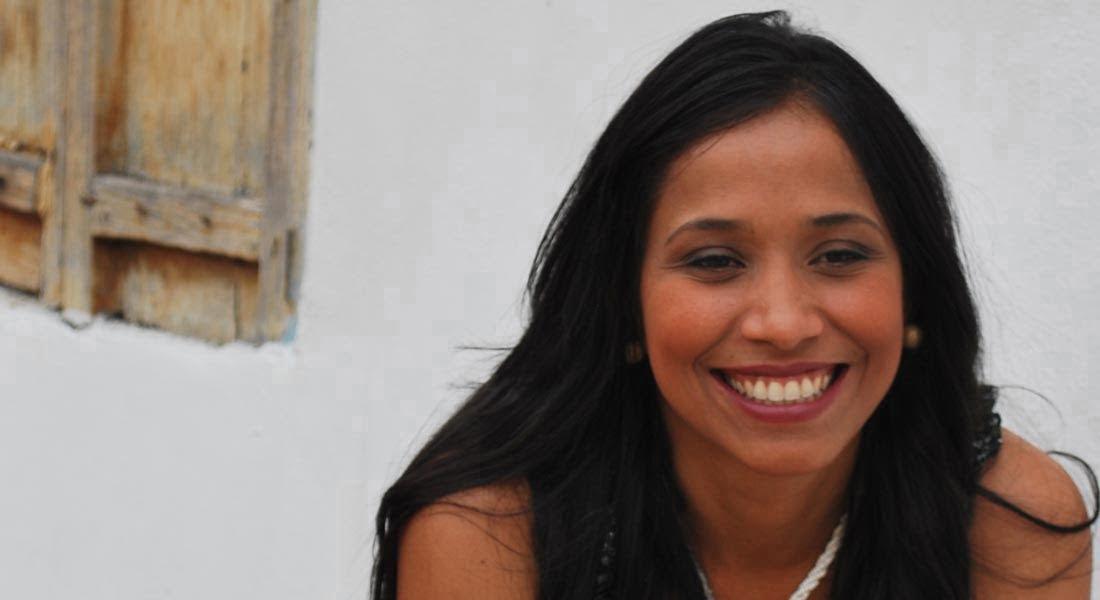 Luisana Pérez canta con voz risueña a los colores del Caribe