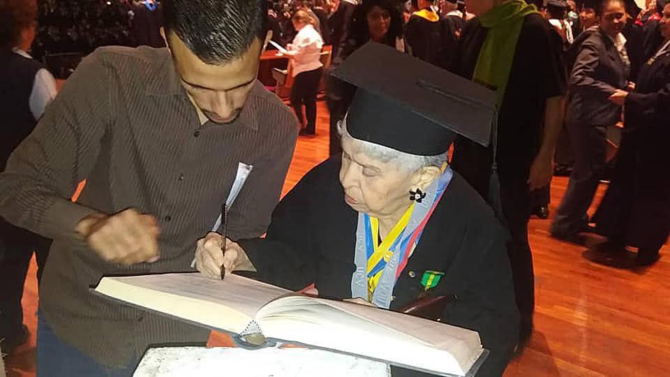 María Colón se gradúa en el Aula Magna de la UCV