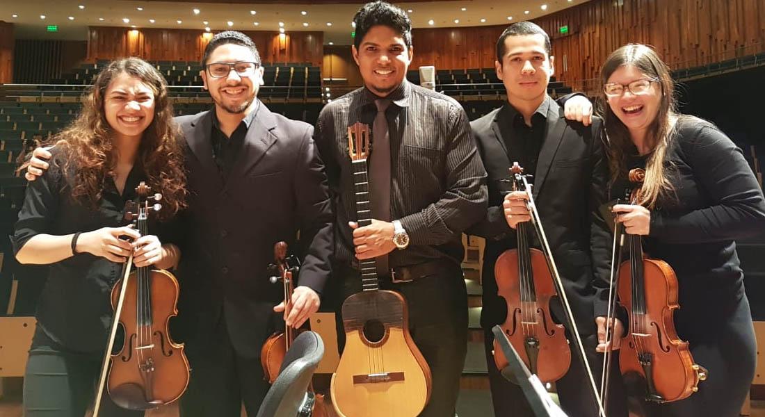 Músicos migrantes venezolanos encuentran nuevo hogar en orquesta en Buenos Aires