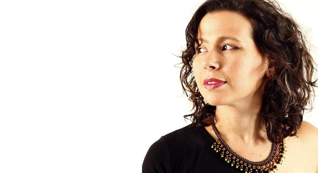 La cantautora venezolana Andrea Paola echa a volar sus Cantos de miel y romero