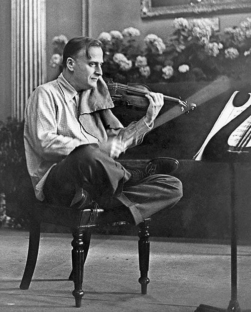 El concierto que el gigante musical Yehudi Menuhin dirigió parado de cabeza