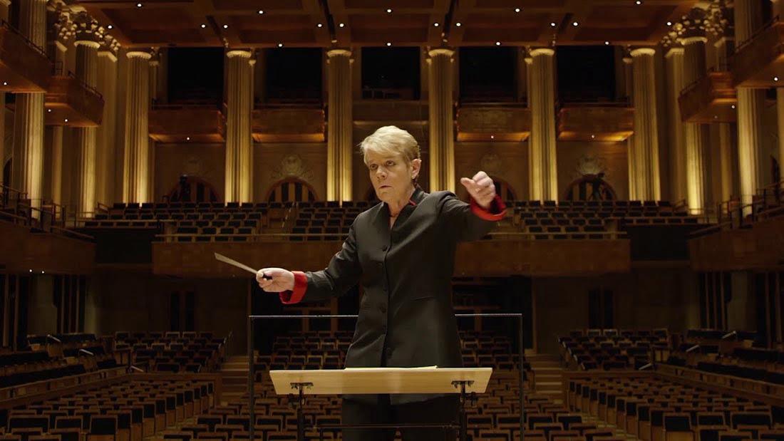 Esta campaña transforma en arte visual los movimientos de batuta de una directora de orquesta