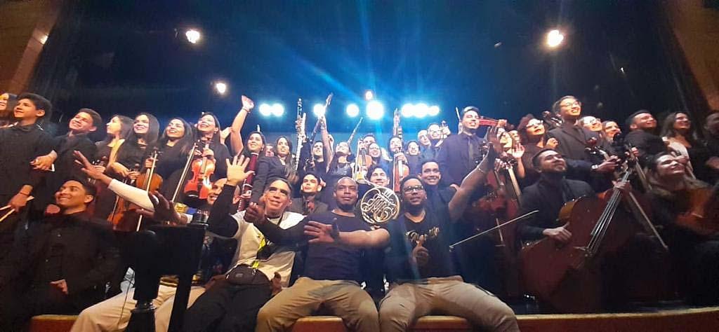 A sala llena, músicos migrantes celebran su segundo aniversario en Chile.