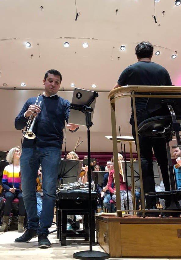 Pacho Flores lleva el ritmo de la salsa a Liverpool bajo la dirección de Domingo Hindoyán